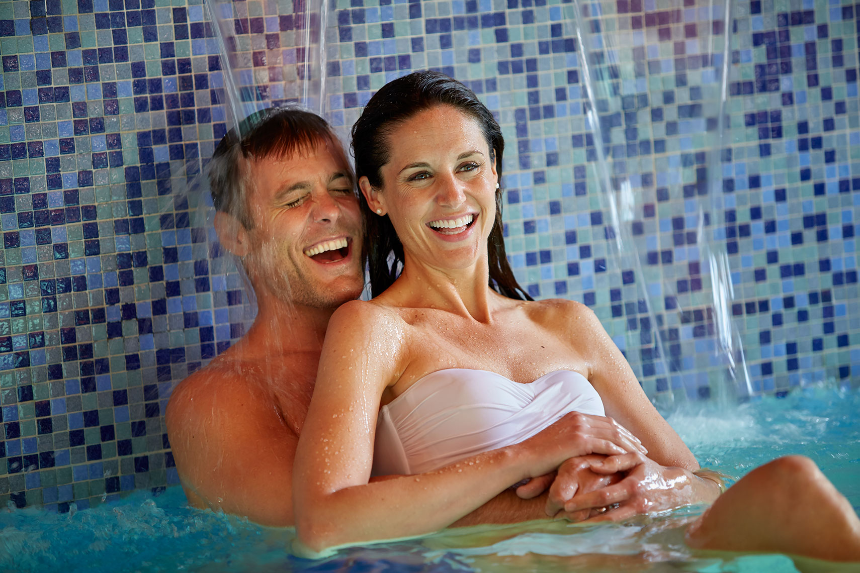Lifestyle-051-luxury-spa-couple-pool